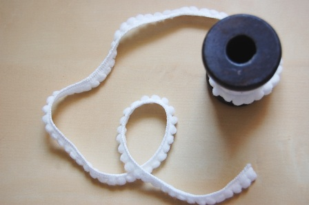 Cinta pompones blanco
