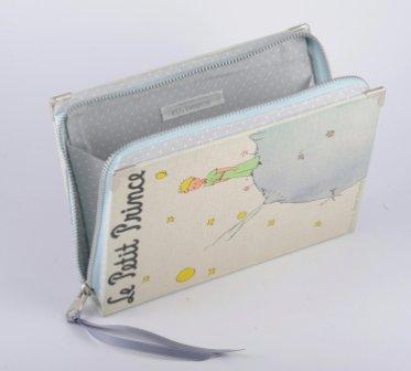 bolso de mano hecho con portada de libro