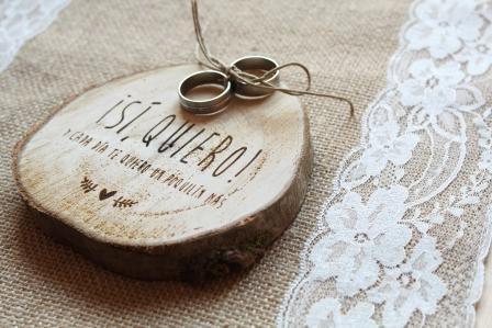 Porta alianzas de madera para boda