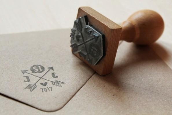 sello personalizado iniciales y flechas