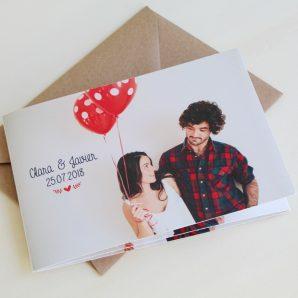 invitaciones de boda dobladas con fotos de novios