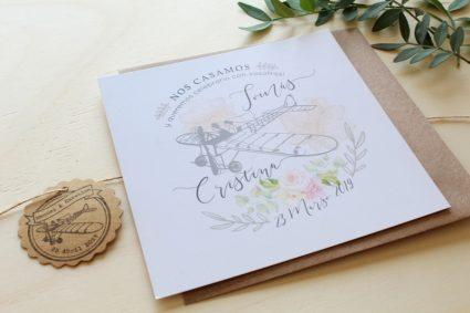 invitación de boda avión, novios y flores